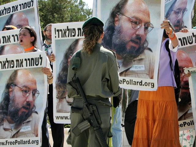 Demonstranten fordern vor dem Sitz des Premierministers in Jerusalem im Jahr 2005 die Freilassung Pollards.