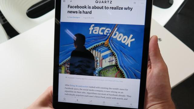 ipad mit einer Nachrichtenseite über Facebook