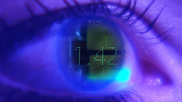 Ein Auge im Blauton. Auf der Pupille sind LED-Zahlen zu lesen.