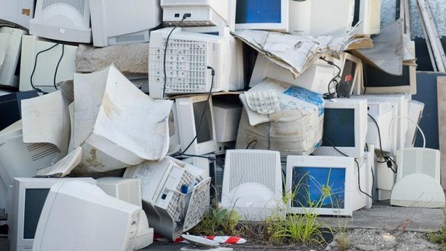 Ein Berg mit schrottiger Computer-Bildschirmen.