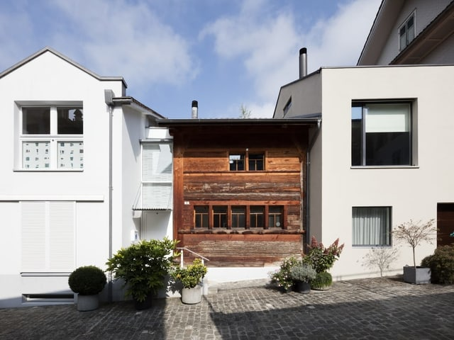 Ein Haus mit modernen und alten bauteilen