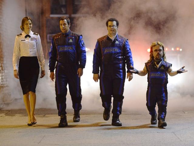 Michelle Monaghan, Adam Sandler, Josh Gad und Peter Dinklage laufen auf der Strasse.