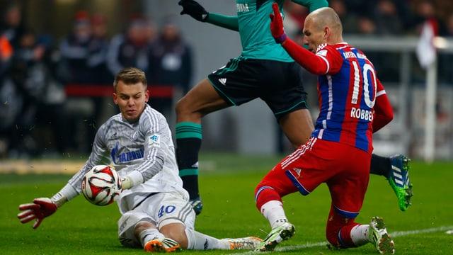Arjen Robben (rechts) scheitert an Schalke-Hüter Timon Wellenreuther.
