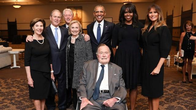 Geoge H.W. Bush mit den ehemaligen US-Präsidenten und First Ladies