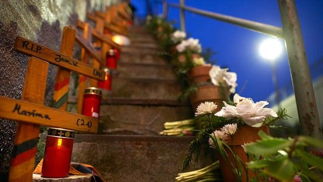 Holzkreuze, Blumen und Kerzen auf Treppe, Nachthimmel