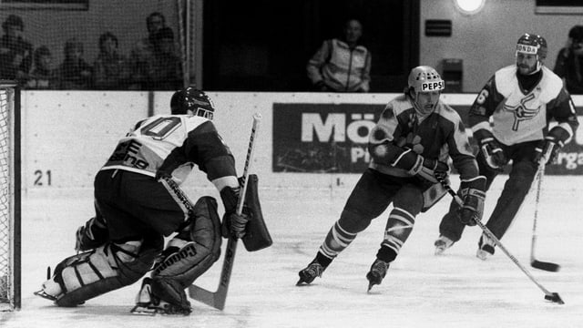 Schwarzweiss-Bild Eishockey-Match