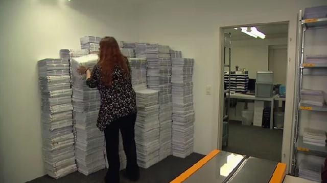 Frau stapelt Steuererklärungen.