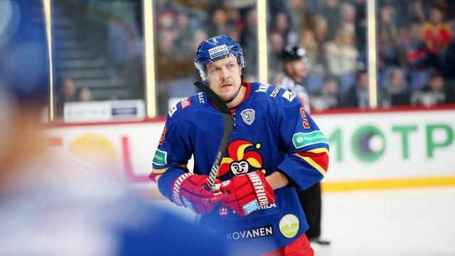 Der Eishockeyspieler Niklas Hagman von Jokerit Helsinki fährt zur Spielerbank.