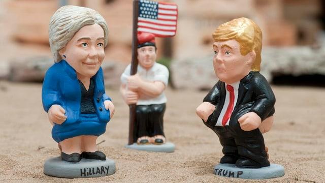 Pappfiguren von Clinton und Trump.