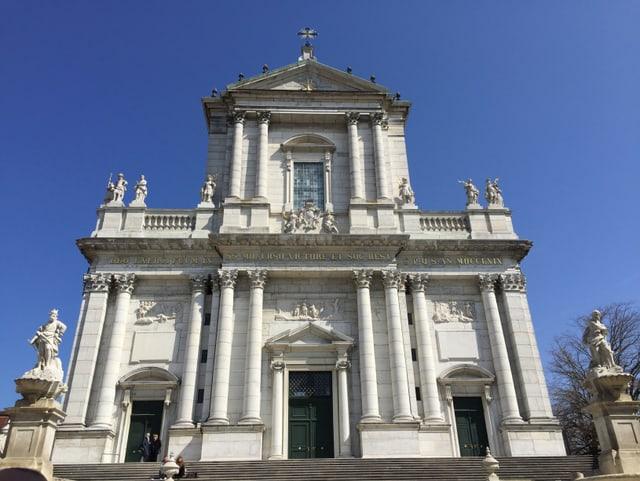 ... la catedrala ha en tut 11 zains...
