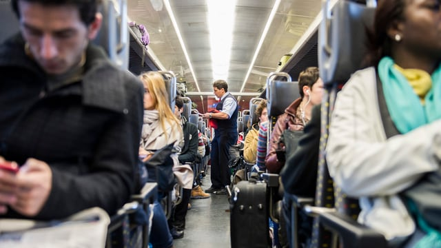 Pendler in einem S-Bahnwagen.