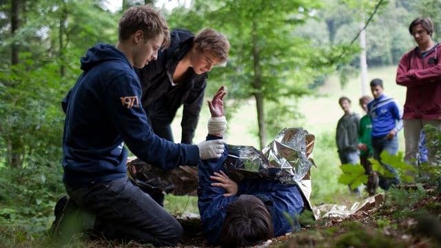 Zivildienstler bei einer Übung im Wald