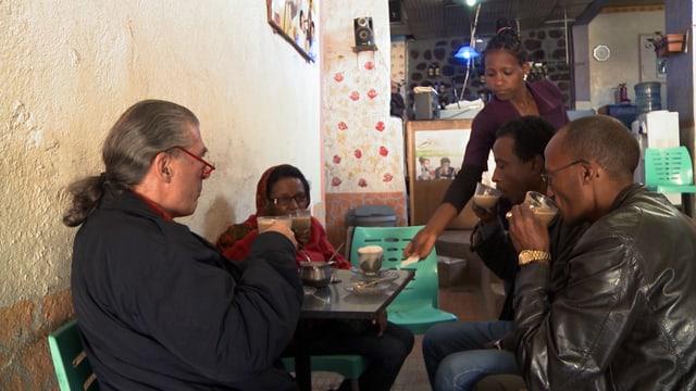 Toni Locher mit Einheimischen in einem Café in Asmara