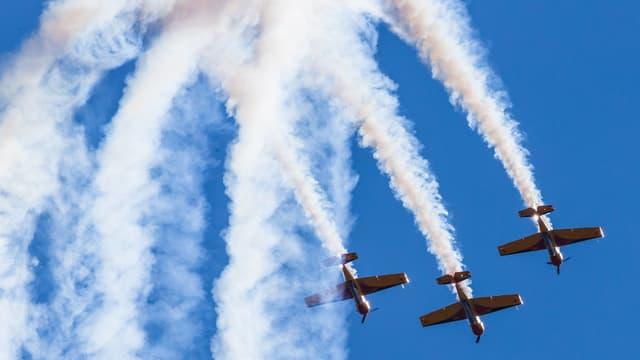 Drei Propellerflugzeuge an einer Flugshow