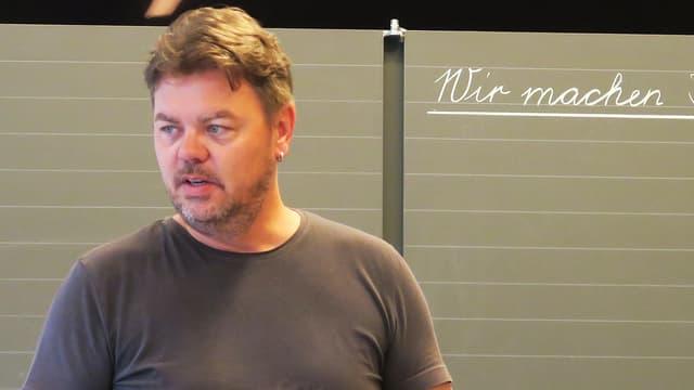 Lehrer Patrik Bernhard spricht vor seiner Primarschulklasse.