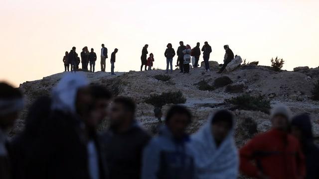 Migrants spetgan da pudair viagiar vinavant da la costa tirca en la Grezia.