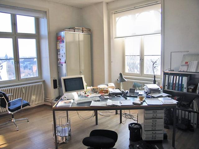 Raum mit Schreibtisch, Korpus, Computer und Schränken.