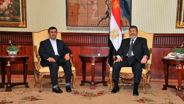 Ahmadinedschad sitzt neben Mursi.