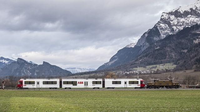 Il tren Allegra da la RhB cun il logo da la ABB sin ils vaguns.