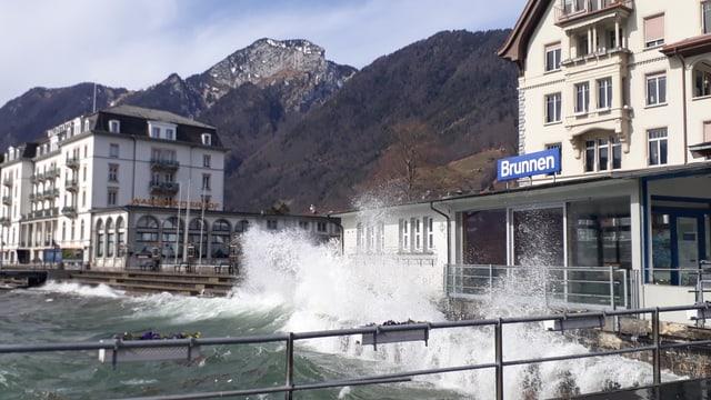 Die Wellen des Urnersees bei Brunnen.