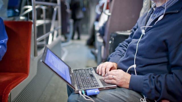 Reisender im Zug.