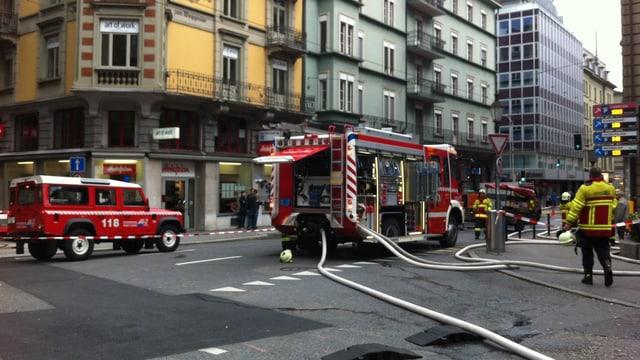 Die Feuerwehr der Stadt Luzern ist mit rund 80 Personen an der Alpenstrasse im Einsatz.