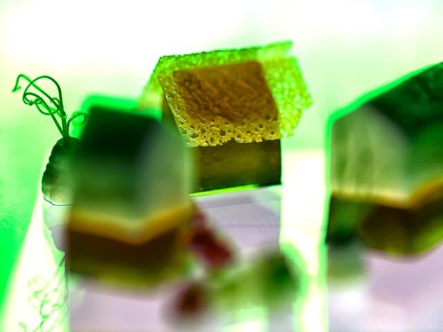 Kleine braune Häuschen auf grüner Licht-Unterlage.