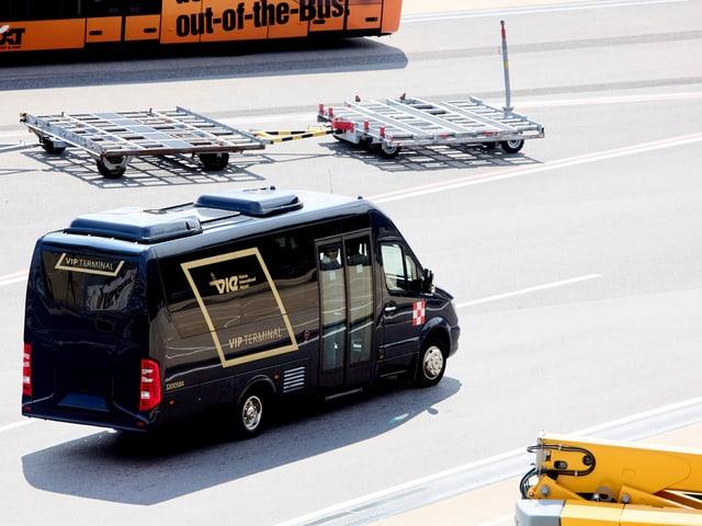 Ein Kleinbus am Flughafen.