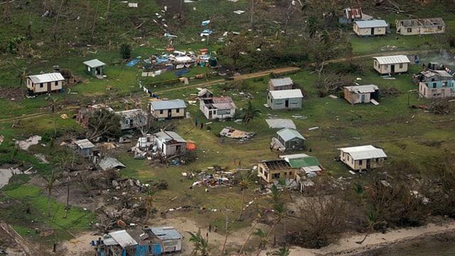 Zerstörte Häuser in einem kleinen Dorf