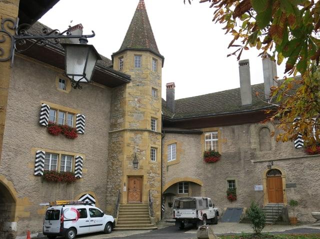 Der Innenhof eines Schlosses.