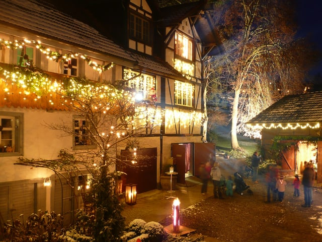Ein mit Lichterketten und weiteren Weihnachtsdekorationen geschmückter Hof.