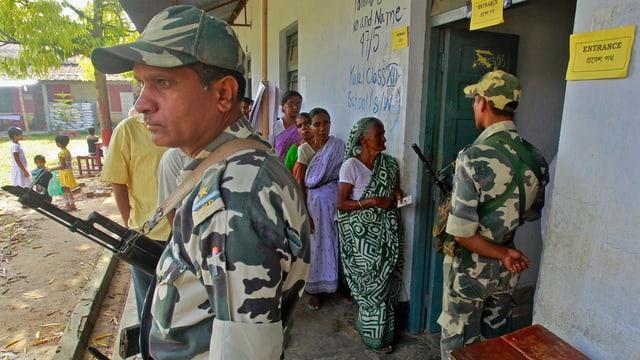 Soldaten vor Wahllokal
