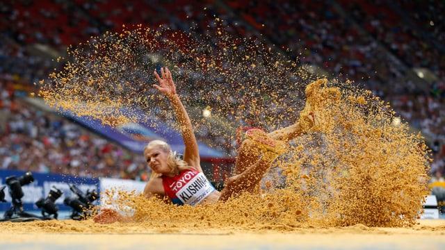 Darja Klischina landet nach einem Weitsprung im Sand