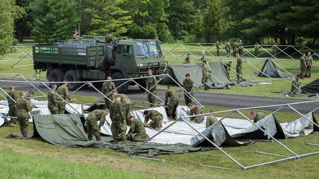 Kanadische Armeeangehörige stellen an der Grenze in der Nähe von Lacolle, Québec Zelte für Asylsuchende aus den USA auf.