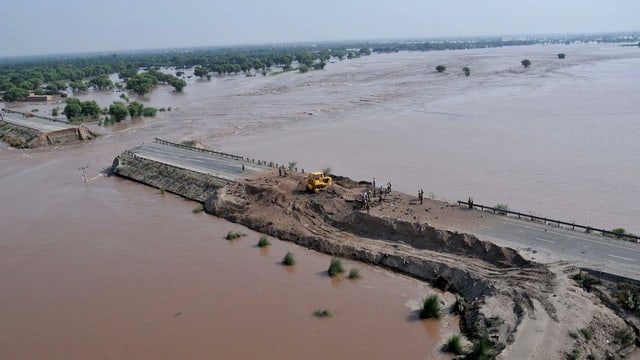 Pioniers èn vi da reparar vias e punts en las regiuns Chitral e Gilgit-Baltistan.
