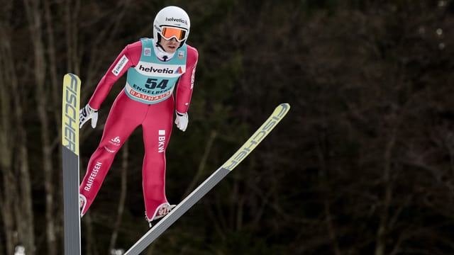 Simon Ammann bei einem Sprung auf der Titlis-Schanze in Engelberg.