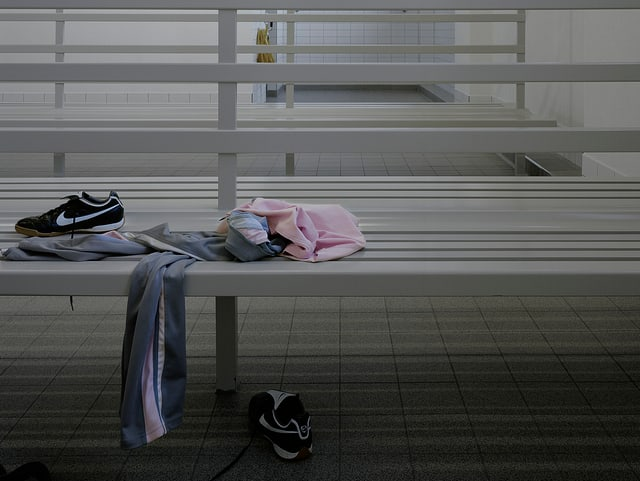 Turnkleidung eines Kindes in einer Garderobe