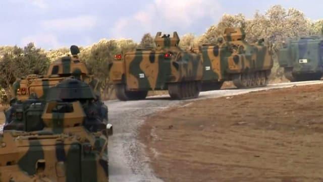 Türkische Panzer fahren in der nordsyrischen Region Afrin auf.