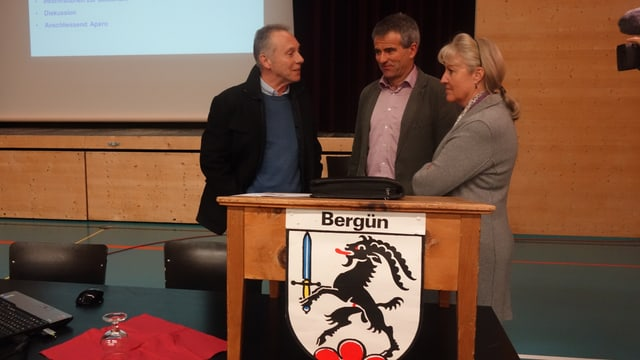 Il mastral da Filisur Felix Schutz (sanestra), Peter Nicolay da Bravuogn e la scheffa da finanzas Barbara Janom Steiner.