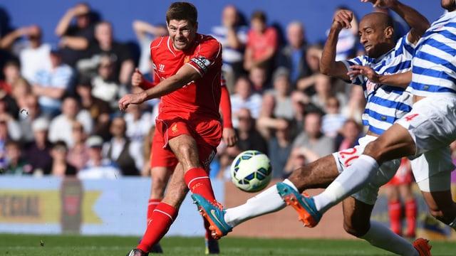 Liverpools Captain Steven Gerrard beim Torschuss.