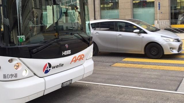 Ein Bus und ein Auto begegnen sich.
