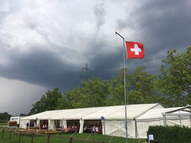 Gewitterwolken über einem Festzelt.