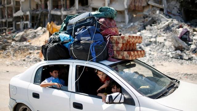 Ein vollbesetzes Auto mit viel Gepäck im nördlichen Gaza-Streifen