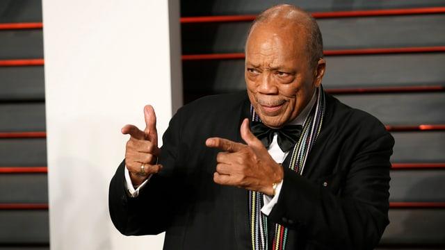 Quincy Jones mit Anzug und Fliege.