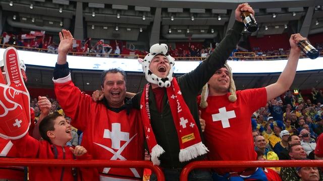 Die Schweizer Anhänger feiern ihre Nationalmannschaft.