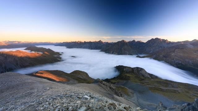 Ein ununterbrochenes Nebelmeer überzieht das Engadin und den Schweizerischen Nationalpark heute Morgen.