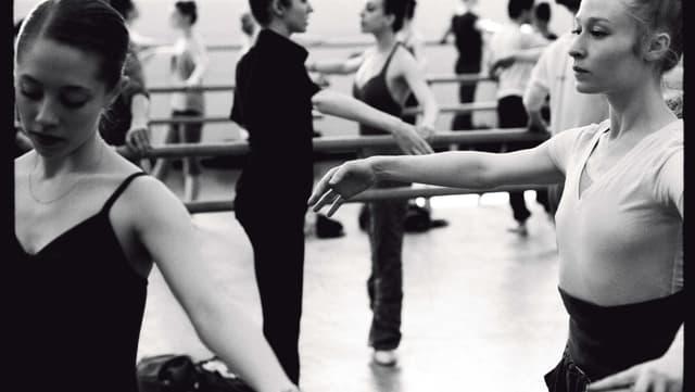 Schwarzweiss Fotografie von Tänzerinnen während des Trainings