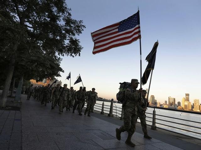 US-Soldaten mit Flaggen.