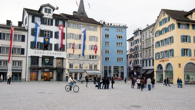 Velofahrer und Fussgänger auf dem autofreien Münsterhof in der Stadt Zürich
