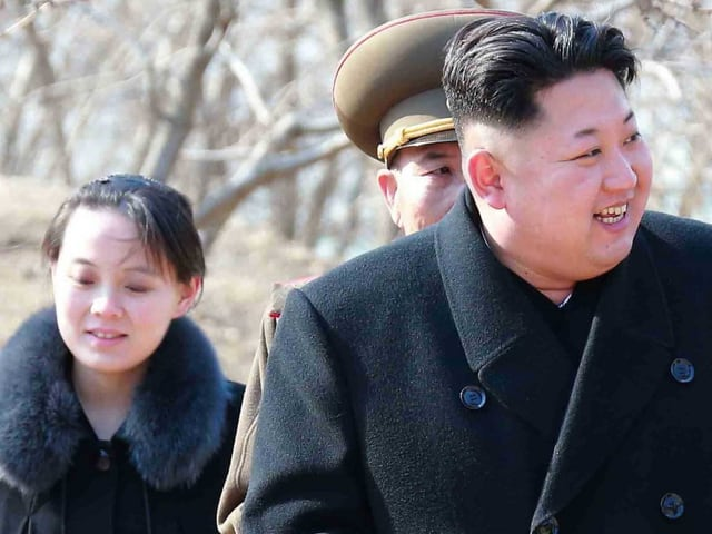 Kim Yo Jong neben ihrem Bruder.